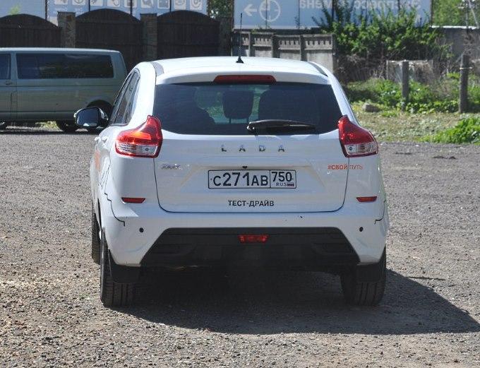 Lada Xray белого цвета сзади