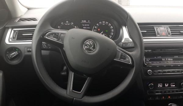 Рулевое колесо и панель приборов на Шкода Рапид