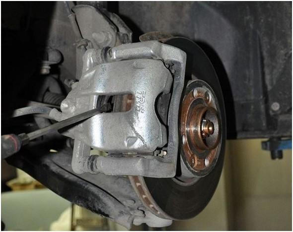 Замена передних тормозных колодок на Lada Vesta